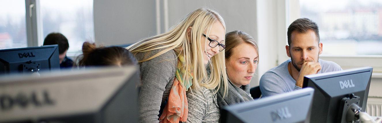 Drei Studierende am PC